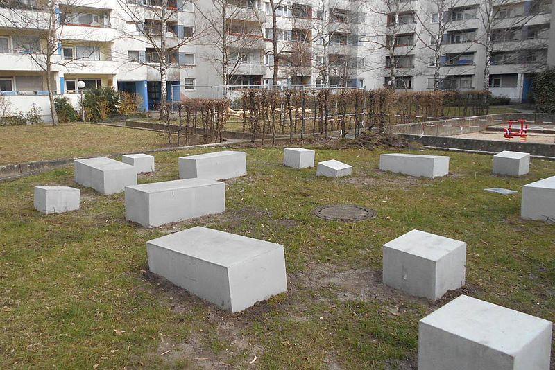 Neubauten wie Schachteln um eine struppige Wiese, und er weiße Quader aus Beton liegen. So stellen sich die wenigsten eine Wohnung in Berlin vor....