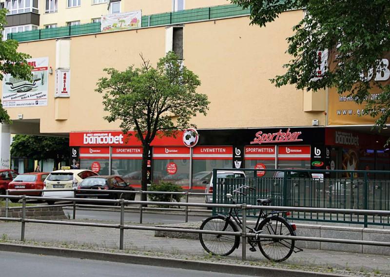 """Die Brunnenstraße mit bancobet Wetthalle, (""""Sportsbar""""), U-bahn-Eingang und Neubau ohne Fenster. Eine Wohnung in Berlin will man hier nicht haben...."""
